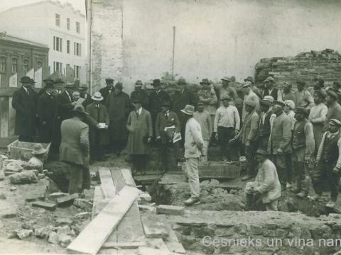 Simboliska pamatakmens likšanas ceremonija namam Rīgas ielā 4, ap 1924.g.; CM 16756