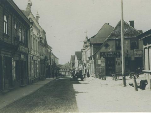 Cēsis, Rīgas iela pie Tirgus laukuma 20. gs. sākumā. (CM 63348) No šī foto 1918. gadā iespiesta pastkarte