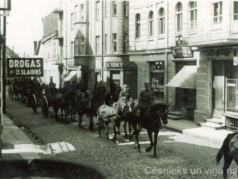 Latvijas armijas kareivji pie nama Rīgas ielā 18, 1934. gada 1. maijā