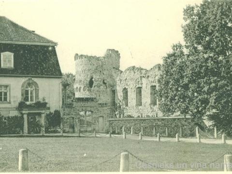 Cēsu Jaunā pils un pils drupu dienvidu tornis 20. gs. sākumā