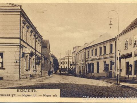 Cēsi, Rīgas iela. Pastkarte nosūtīta no Cēsīm uz Priekuļu ministrijas skolu 1916. g. 26. aprīlī.
