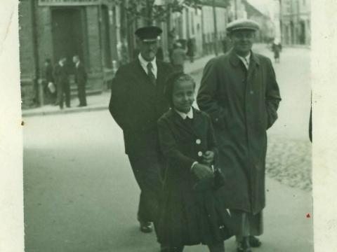 Cēsnieki Rīgas ielā 1940. g. septembrī. Fonā redzama ēka Rīgas ielā 9 ar E. Vitenberga veikala izkārtni.