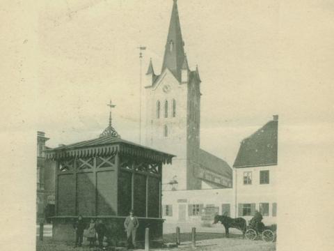 Cēsis, ūdens pumpja māja un Sv. Jāņa baznīca 20. gs. sākumā