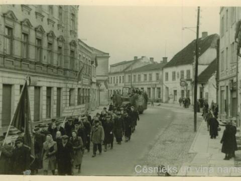 Ļaužu demonstrācija Rīgas ielā 1947.g. 1. maijā; CM zp 786