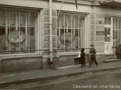 Frizētavas skatlogi 20. gs. 50. gados namā Rīgas ielā 18