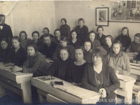 Cēsu pilsētas sieviešu neoģimnāzijas audzēknes klasē, 1924.g. P. Paukšēna foto. - CM 47157