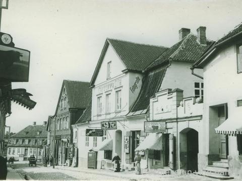 Cēsi, ēka Rīgas ielā 36 ar fotogrāfa L. Borevica darbnīcas izkārtni un uzrakstu uz ēkas sienas, 20. gs. sākums