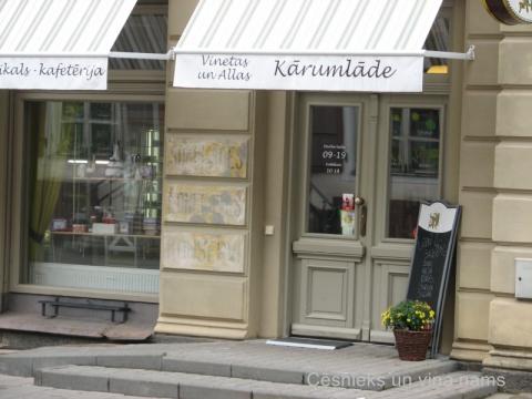 Pie nama Rīgas ielā 12 ieejas durvīm saglabāta L.V. Goeggingera veikala 20. gs. 30. gadu reklāma. D. Cepurītes foto 2013. gada oktobrī