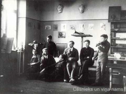 Zīmēšanas klase Cēsu zēnu reālskolā Raunas ielā 2, vidū - gleznotājs H. Markvarts, 1918. - 1919.g.; CM 58056