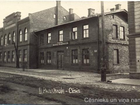 Cēsu II pamatskolas ēka Raunas ielā 7. Tiražēts 1924. gada foto, kas 1925. gadā papildināts ar uzrakstu. - CM 16235