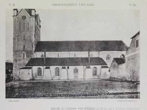 Skats uz Cēsu Sv. Jāņa baznīcu no Rīgas ielas ap 1896. gadu. Priekšplānā redzamajā laukumā 1899. gadā Hoppe uzbūvēja trīsstāvu māju.