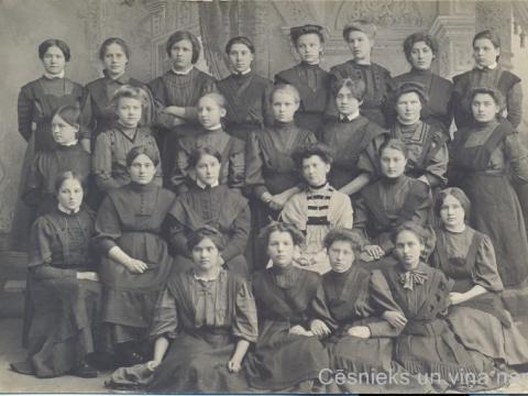 K. Apkalnes sieviešu ģimnāzijas audzēknes un franču valodas skolotāja. K. Andersona foto Cēsīs, ap 1907. - 1910. gadu. - CM 58325